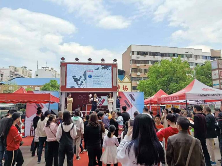 Huawei 6m LED stage truck attracted many consumers